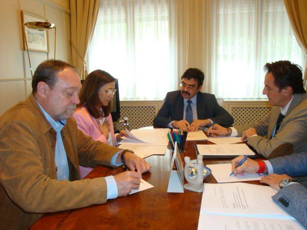 Reunión entre los responsables de la CHE y de la FAMCP para repasar los asuntos pendientes