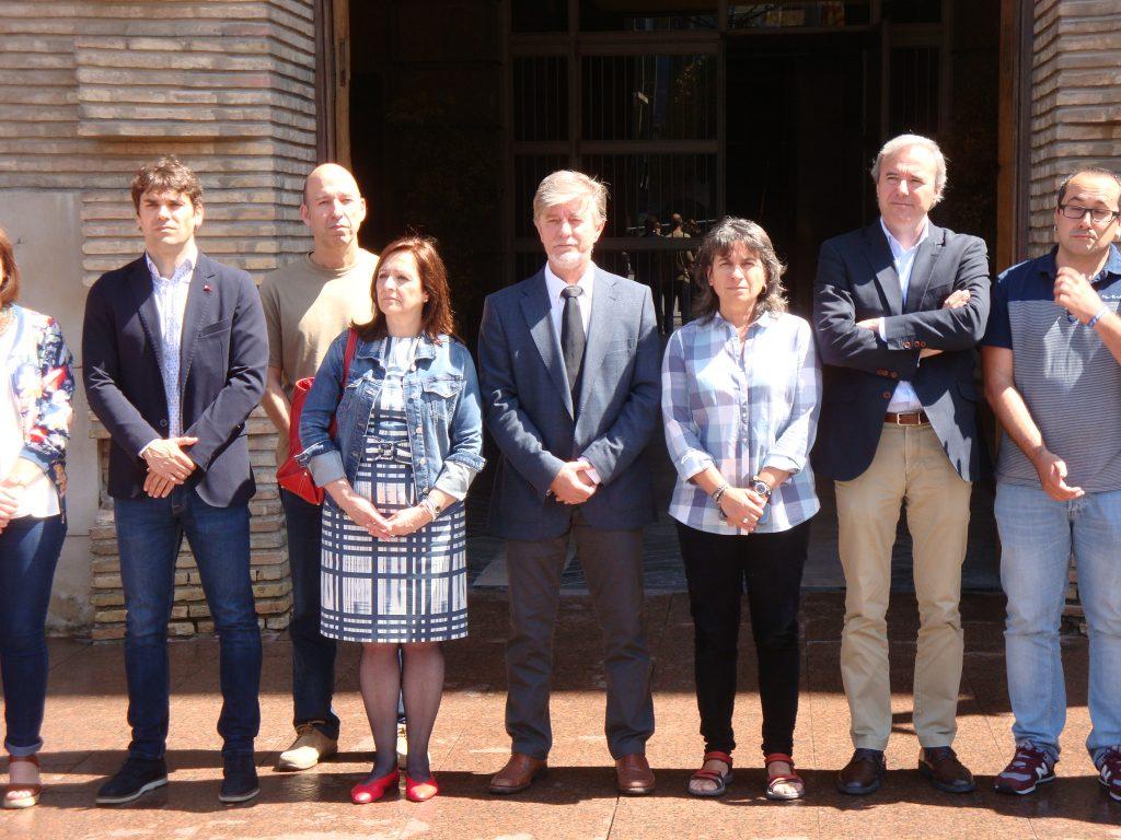 Desde la izquierda, el presidente de la FNMC, Pablo Azcona, la presidenta de la FAMCP, Carmen Sánchez,  el alcalde de Zaragoza, Pedro Santisteve, la vicealcaldesa Luisa Broto, y los concejales Jorge Azcón, Alberto Cubero y, en la segunda fila, Carmelo Asensio.