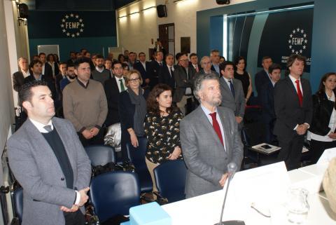 Miembros del Consejo Territorial, en silencio y en pie como reconocimiento a las víctimas de violencia de género. A la derecha, la presidenta de la FAMCP, Carmen Sánchez, y el alcalde de Huesca, Luis Felipe.
