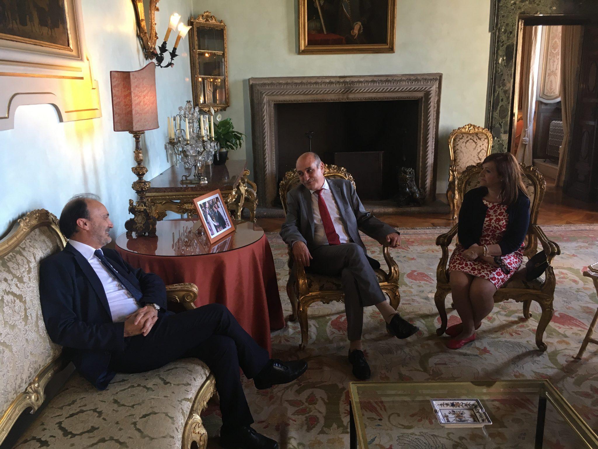 Desde la izquierda, el embajador Jesús Gracia, Fernando Callizo y Carmen Sánchez.