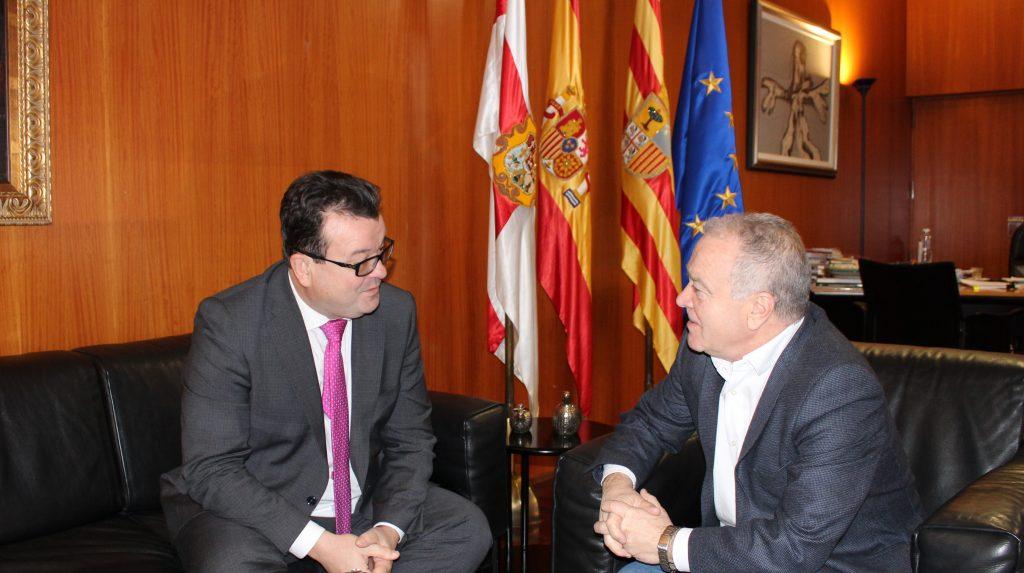 Luis Zubieta, con el presidente de la DPH, Miguel Gracia.