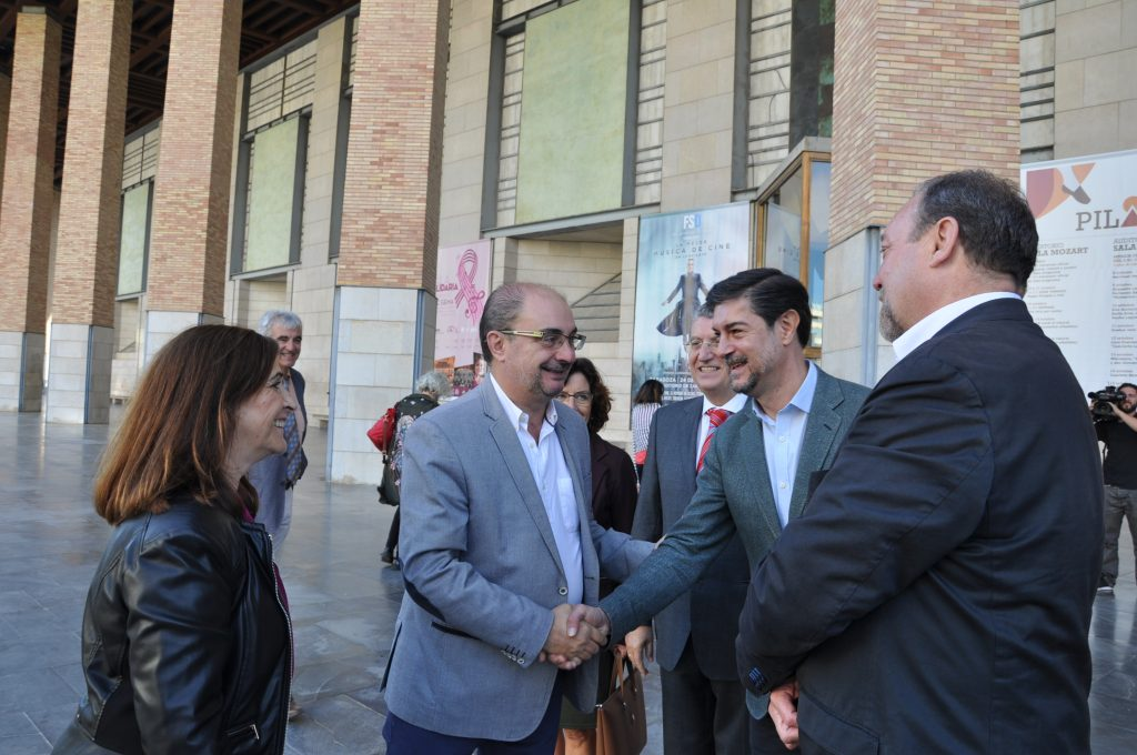 El presidente del Gobierno de Aragón, Javier Lambán, saluda al secretario general de la FEMP, Juan Ávila, a su llegada al Auditorio de Zaragoza.