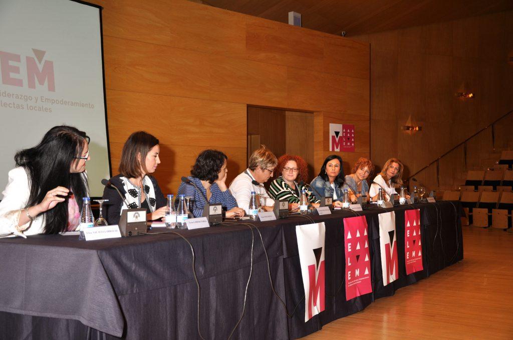 Masa redonda de alcaldesas y concejalas sobre experiencias en la política local.