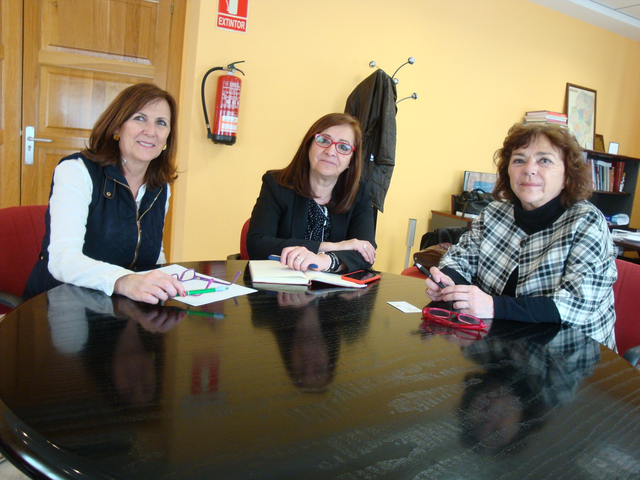 Desde la derecha, Mª Carmen Tricas, presidenta de la Asociación Celíaca Aragonesa, Carmen Sánchez, presidenta de la FAMCP, y María Luisa Alcalá, técnica de la Asociación.