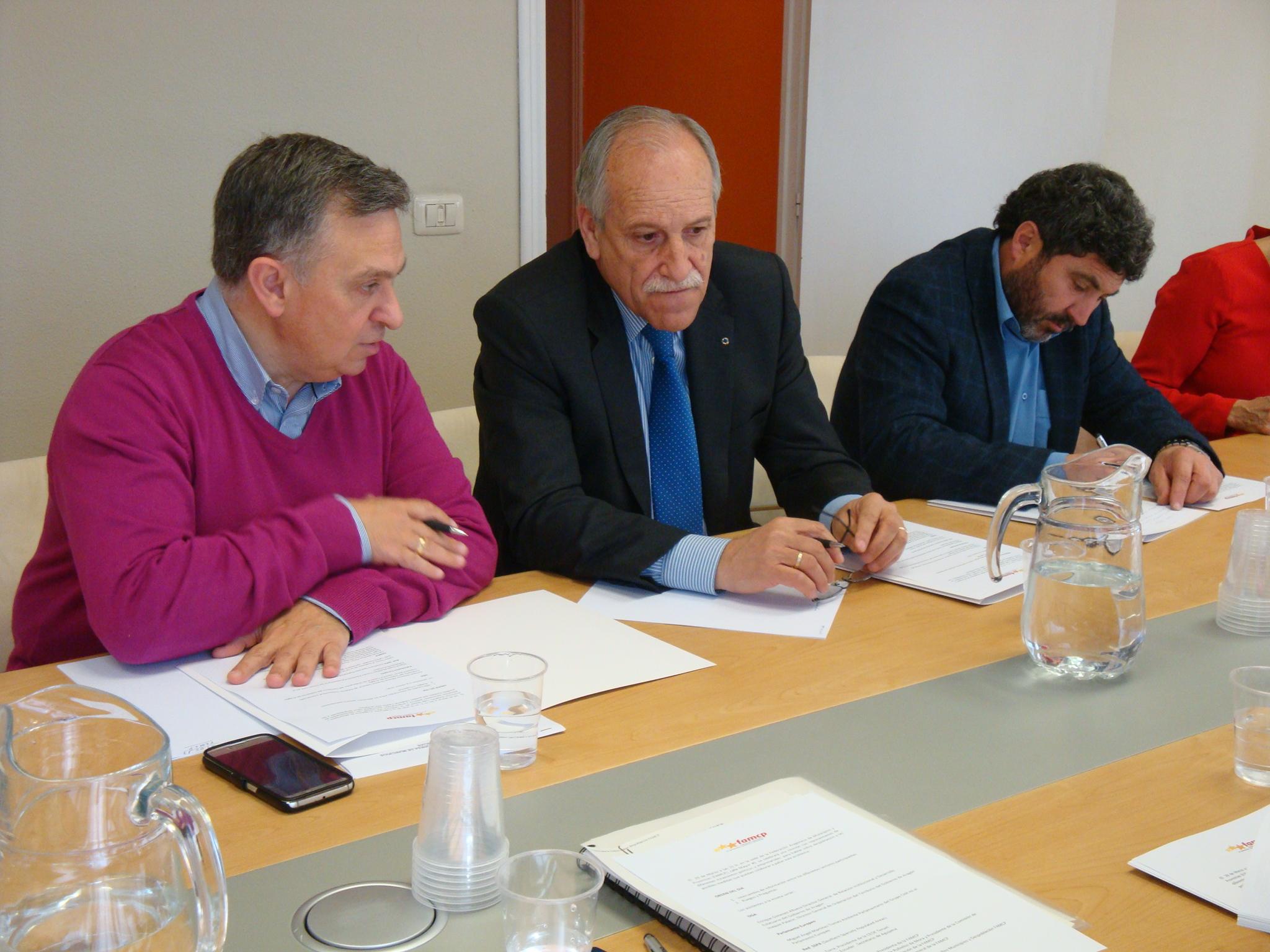 Desde la izquierda, el presidente de la Comisión de Pequeños Municipios y Despoblación de la FAMCP, Ángel Gracia, el presidente de CEOE Teruel, Carlos Torre, y el de CEPYME Teruel, Juan Carlos Escuder.