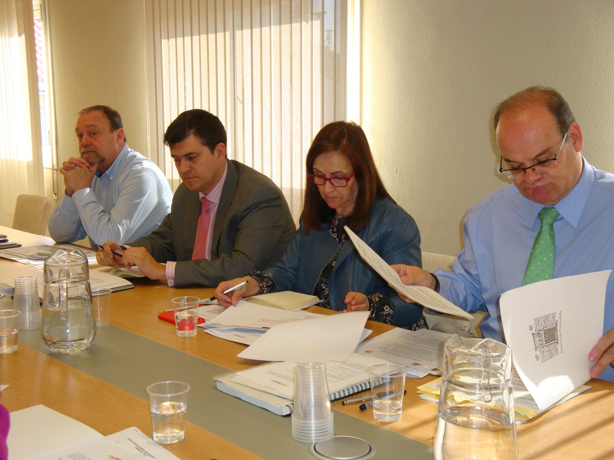 Desde la derecha, el director general de Relaciones Institucionales, Enrique Giménez, la presidenta de la FAMCP, Carmen Sánchez, el director general de Ordenación del Territorio, Joaquín Palacín, y el secretario general de la FAMCP, Martín Nicolás.