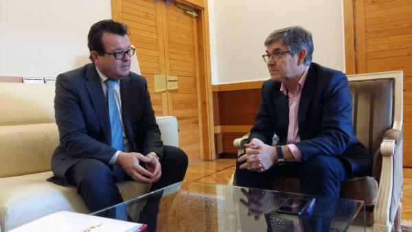 El presidente de la FAMCP transmite a Guillén la urgencia de una financiación municipal estable