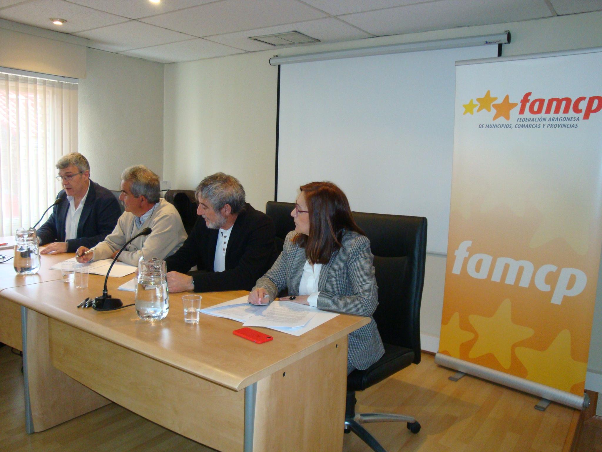 Desde la izquierda, Joaquín Santos, director gerente del IASS, Evaristo Cabistañ y José Antonio Ramo, presidente y vicepresidente de la Comisión de Comarcas, y Carmen Sanchez, presidenta de la FAMCP.