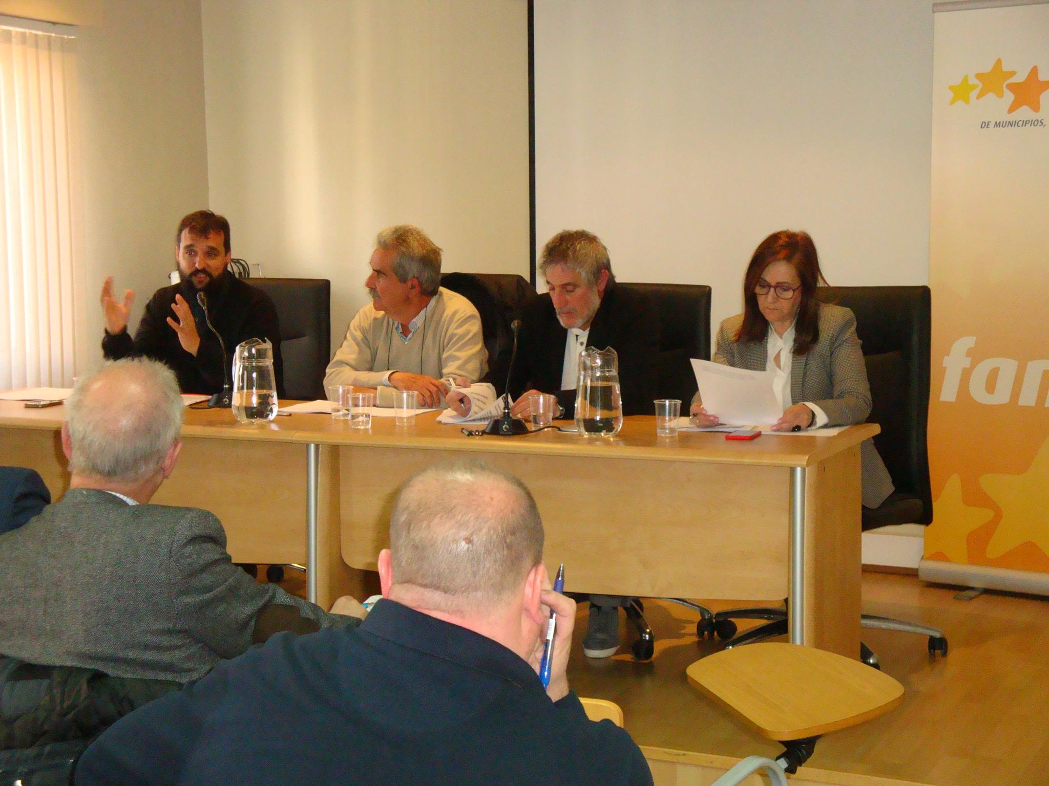 A la izquierda, el director de Zaragoza Activa, Raúl Oliván, interviniendo ante la Comisión.