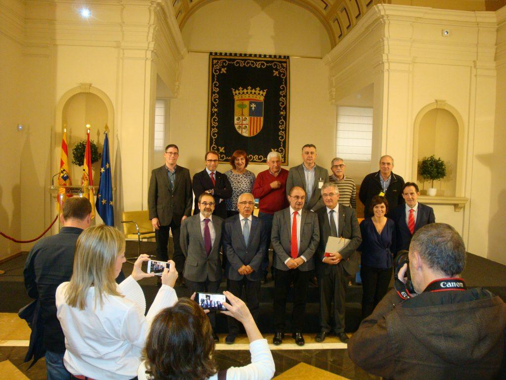 Los integrantes de la Ponencia con el presidente Lambán y el consejero Olona.