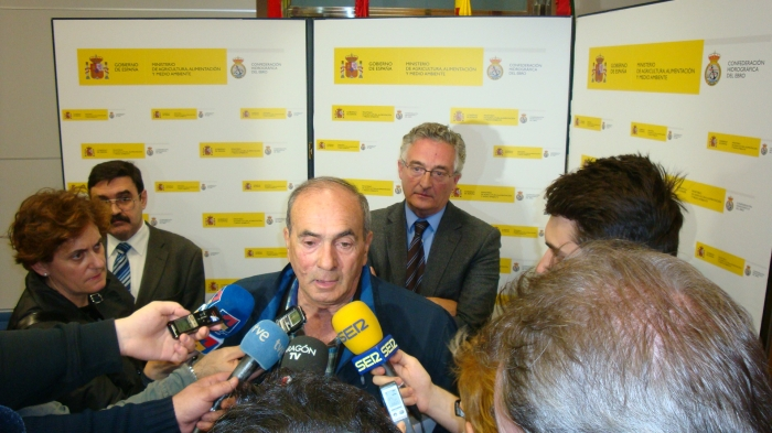 El alcalde de Pradilla, Luis Eduardo Moncín, atiende a los medios.