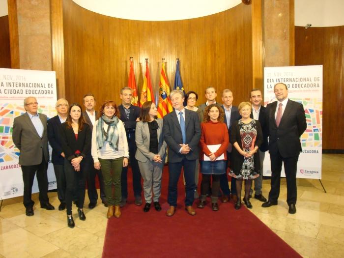 El alcalde de Zaragoza y la presidenta de la FAMCP, en el centro de la imagen, con los miembros de la Comisión de Municipios de más de 8.000 habitantes