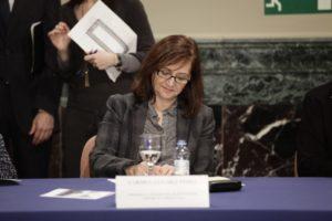 La presidenta de la FAMCP, Carmen Sánchez, firma el comunicado de apoyo al Canfranc.