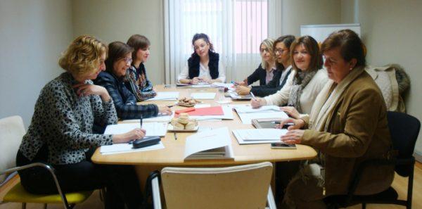 Desde la izquierda, Patricia Luquin, Carmen Sánchez, Sara Fernández, Maru Díaz, Pili Mar Zamora, Marián Orós, Carmen Martínez y Rosario Gómez reunidas en la sede de la FAMCP.
