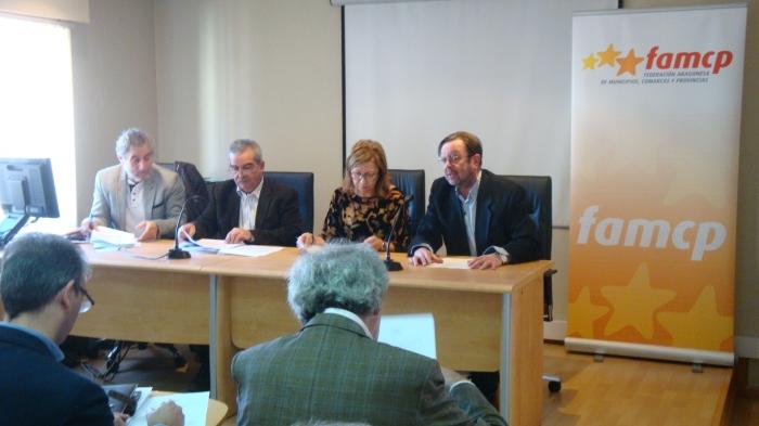 El director general de Urbanismo, Carmelo Bosque (primero por la derecha) se dirige a los miembros de la Comisión de Comarcas.