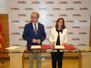 El consejero de Hacienda, Fernando Gimeno, y la presidenta de la FAMCP, Carmen Sánchez han firmado el convenio
