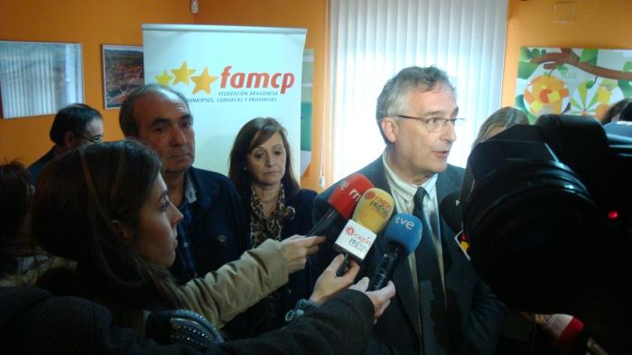 El consejero de Desarrollo Rural y Sostenibilidad hace declaraciones a los medios acompañado por la presidenta de la FAMCP, Carmen Sánchez, y Luis Eduardo Moncín, alcalde de Pradilla y presidente de Comisión de Municipios afectados por el Ebro.