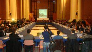 Plano general de la mesa que acogió a los 60 representantes que firmaron el comunicado de apoyo a la reapertura del Canfranc.