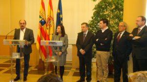 Javier Lambán, Carmen Sánchez, los vicepresidentes de la FAMCP, Ángel Gracia, Ignacio Herrero y Jesús Pérez, y el secretario general, Martín Nicolás.