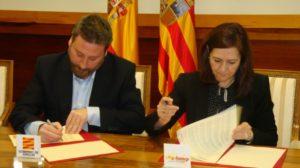 José Luis Soro y Carmen Sánchez firman el convenio de colaboración.