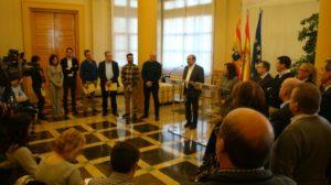 Lambán y Sánchez atienden a los periodistas acompañados por los miembros de la Comisión Ejecutiva de la FAMCP.