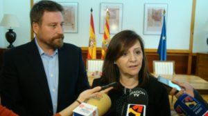 El consejero Soro y la presidenta de la Famcp, Carmen Sánchez, atienden a los periodistas.